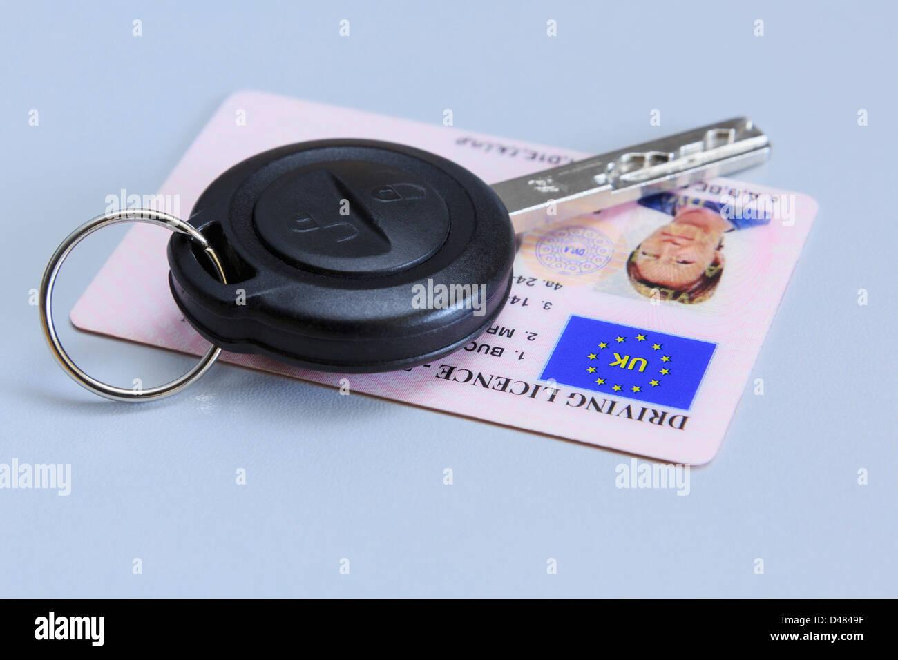 Entfernten Fahrzeugschlüssel mit einer Frau britischen Plastikkarte fotografischen Führerschein auf einen Stockbild