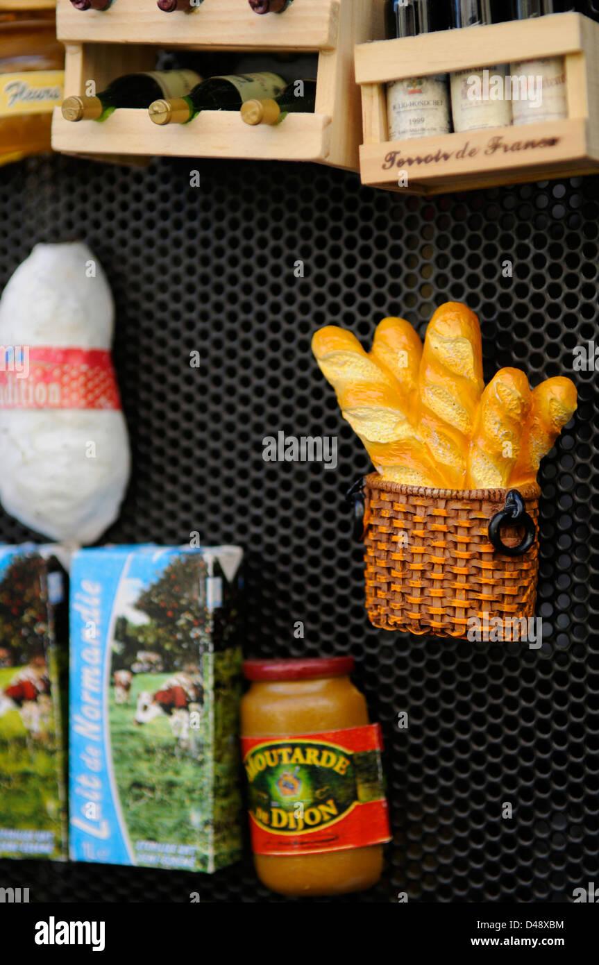 Souvenir-Shop verkaufen Kühlschrank-Magnete, die die französische ...