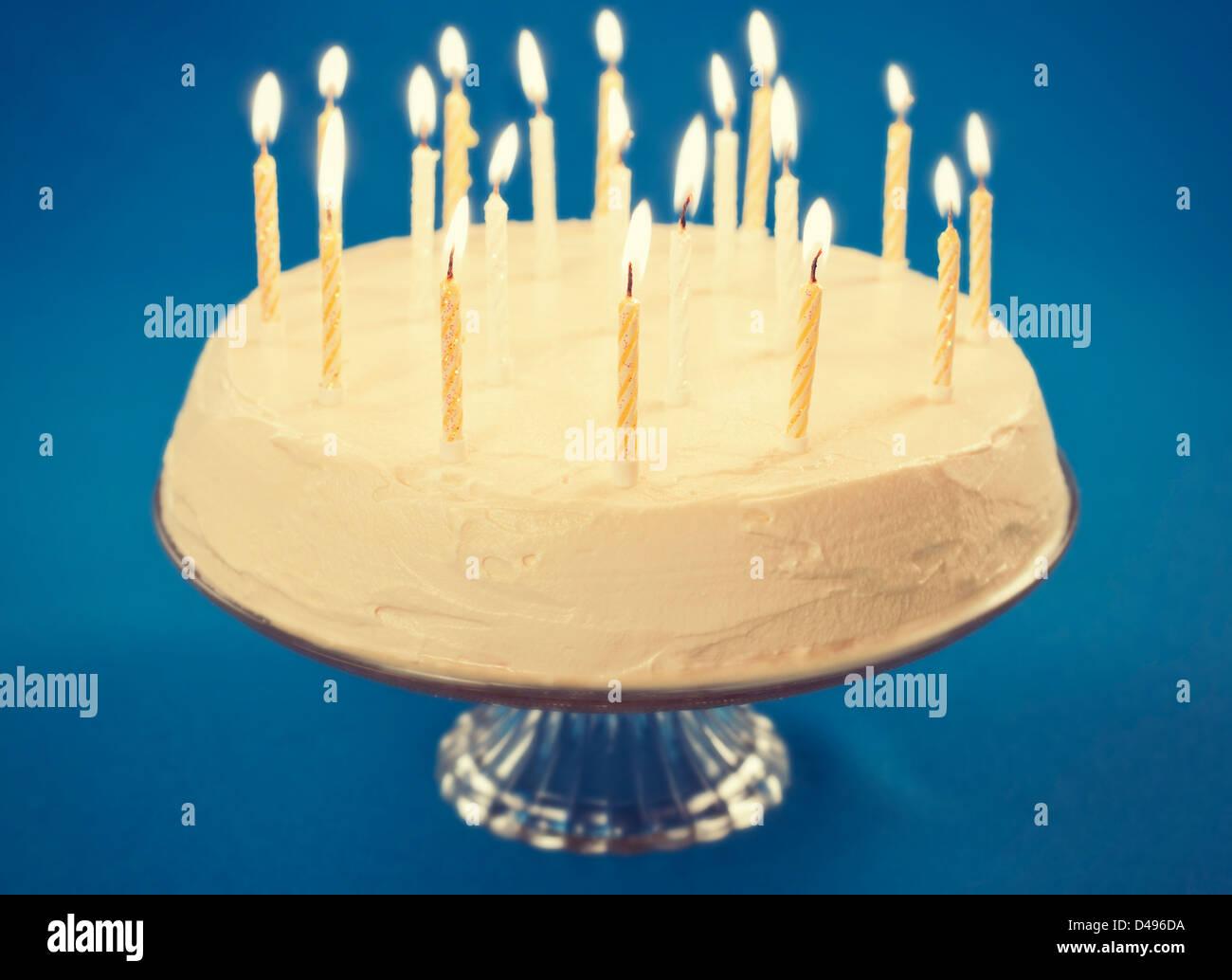 Geburtstagstorte Mit Kerzen Auf Blauem Hintergrund Stockbild