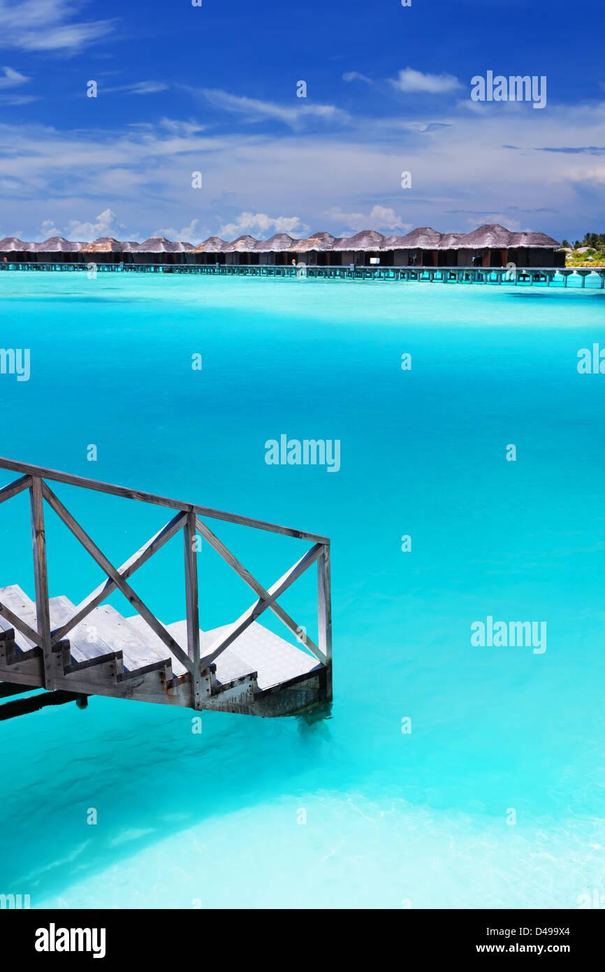 Schritte in erstaunlich blauen Lagune mit Überwasser bungalows Stockfoto