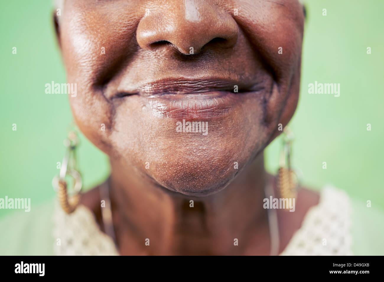 Alte schwarze Frau Portrait, close-up von Augen- und Gesichtsschutz auf grünem Hintergrund. Textfreiraum Stockfoto
