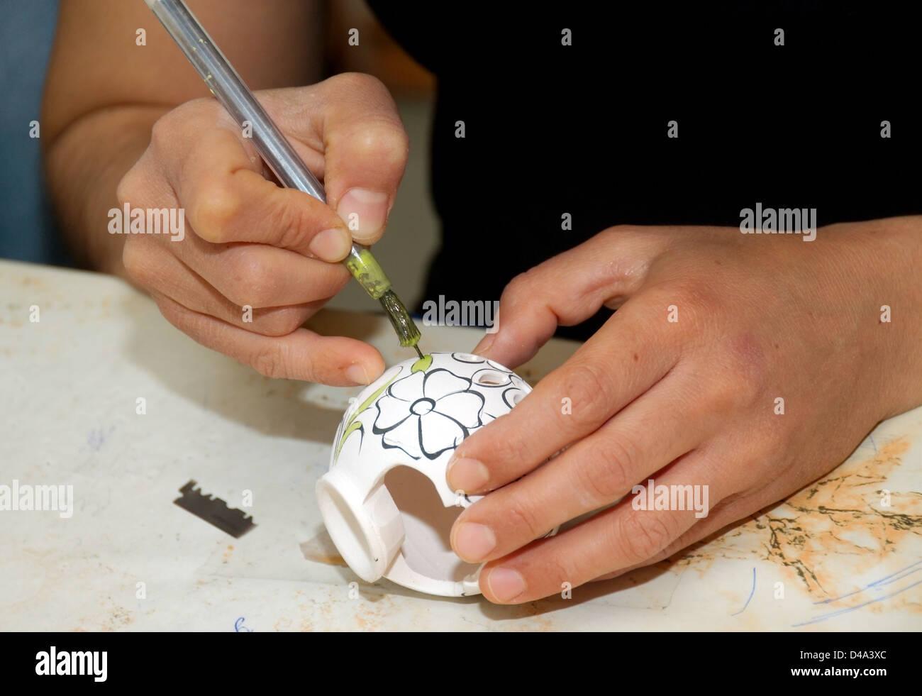 Potter, Malerei in einer Töpferei, Provinz Muğla, Türkei Stockfoto