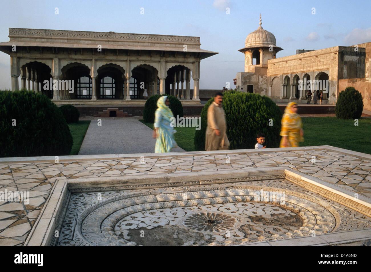 marmorbrunnen und halle im inneren der festung von lahore lahore punjab pakistan stockfoto. Black Bedroom Furniture Sets. Home Design Ideas