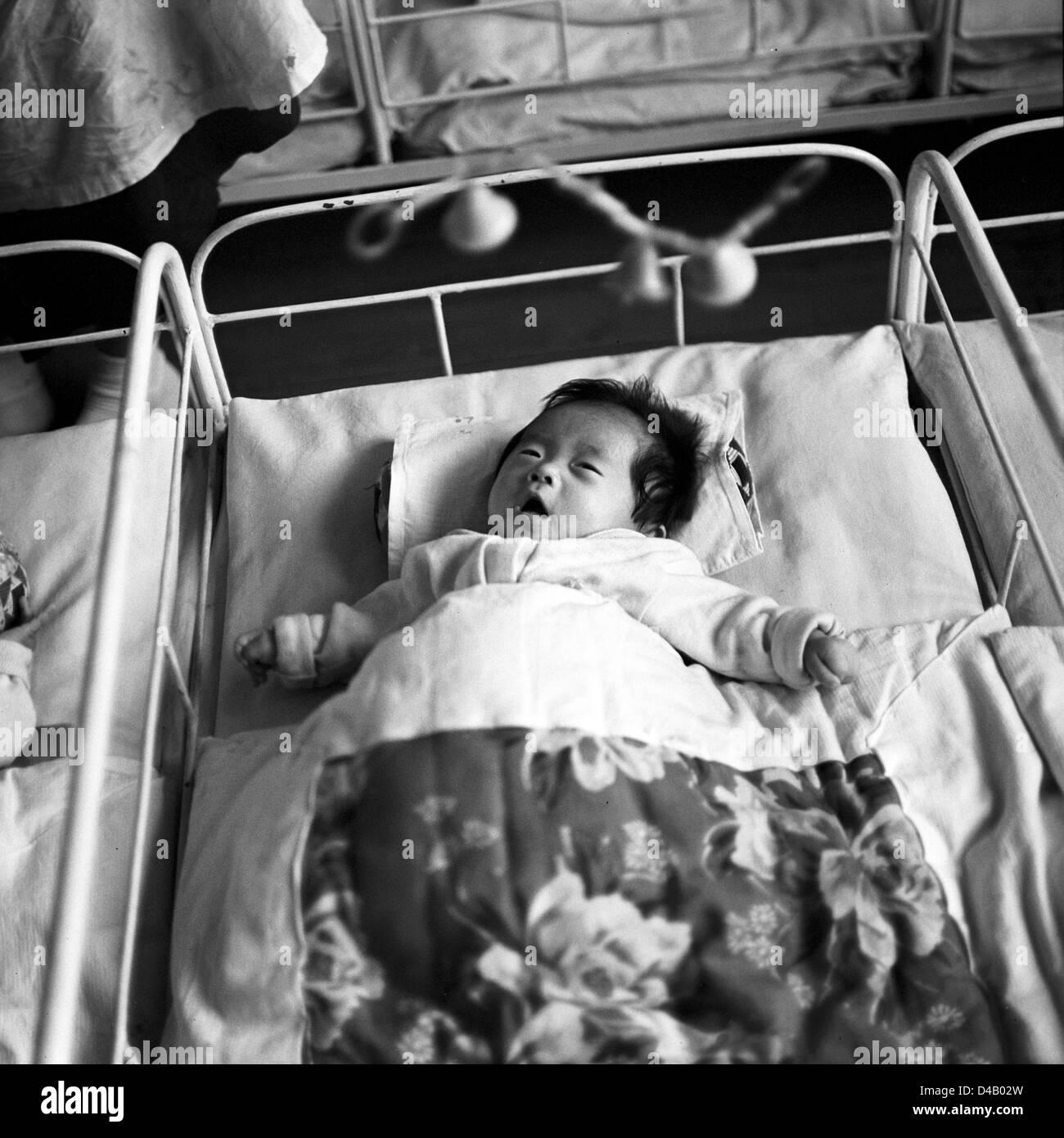 Ein Baby In Seinem Bett Liegt Und Hat Ein Blick Auf Die Kette Der