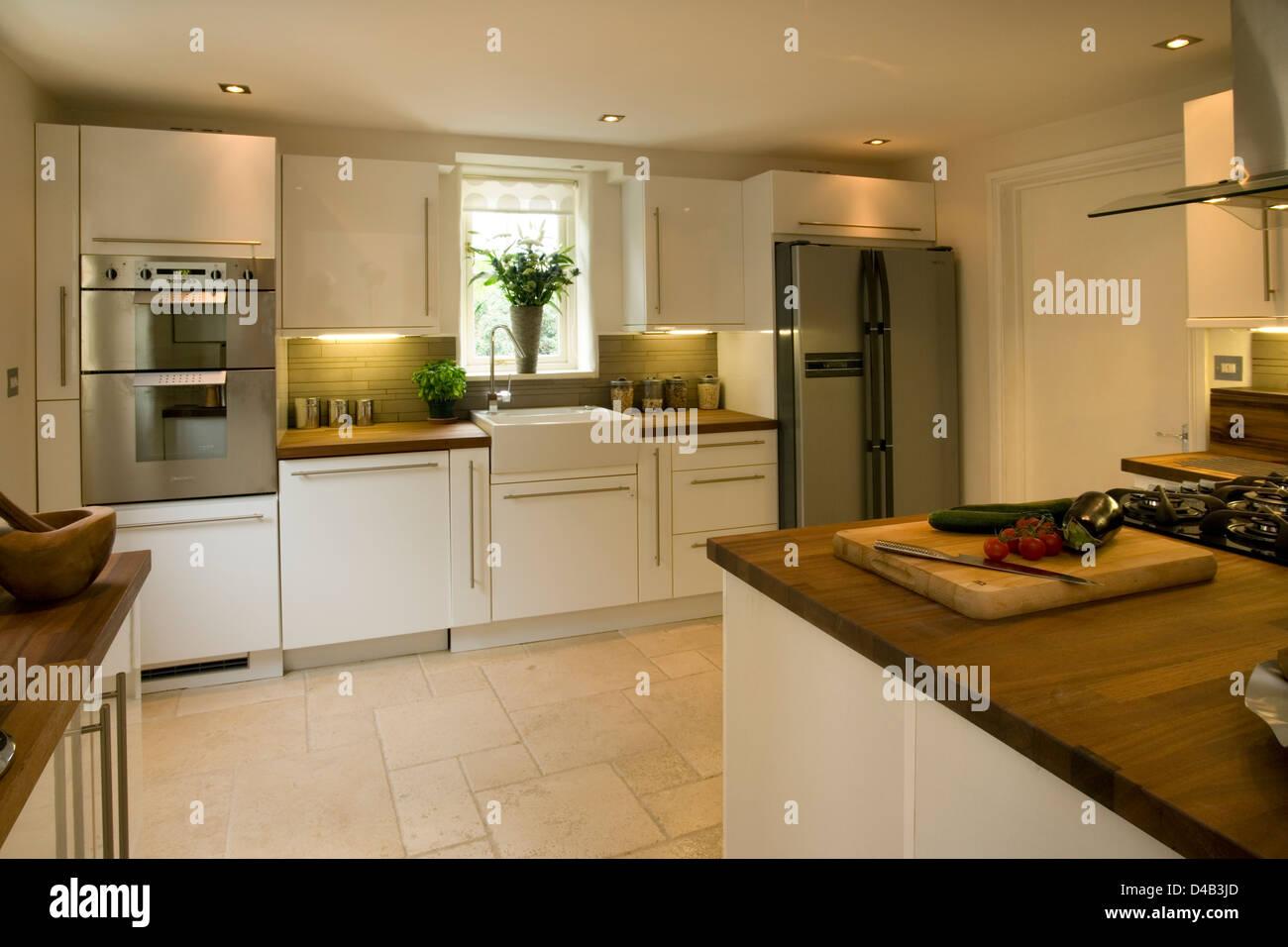 Ein stilvolles Weiß und Holz, moderne Küche mit einem modernen ...