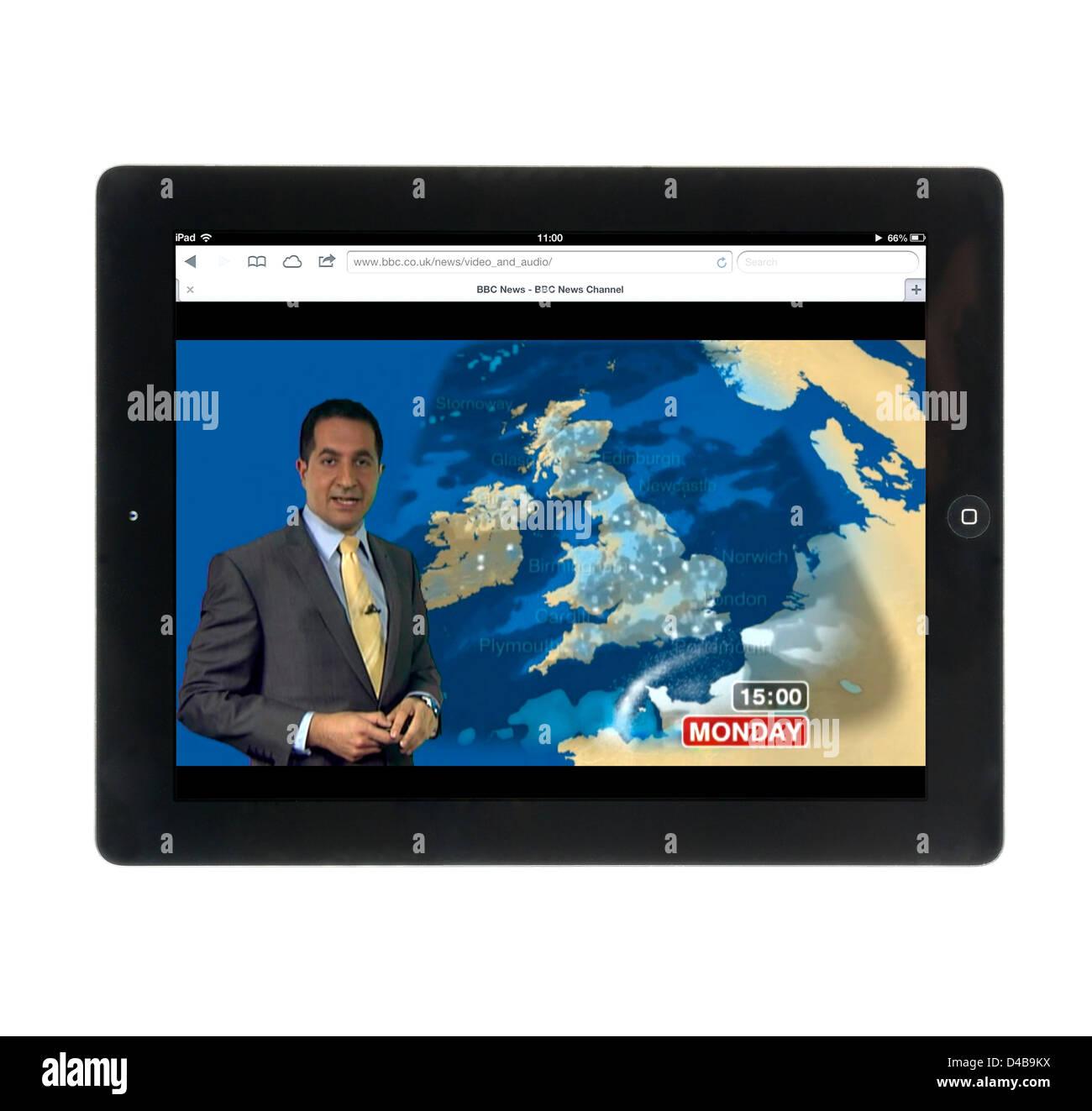 Beobachten die Wettervorhersage auf der BBC News Channel Webseite auf einem Apple iPad 4 Stockbild