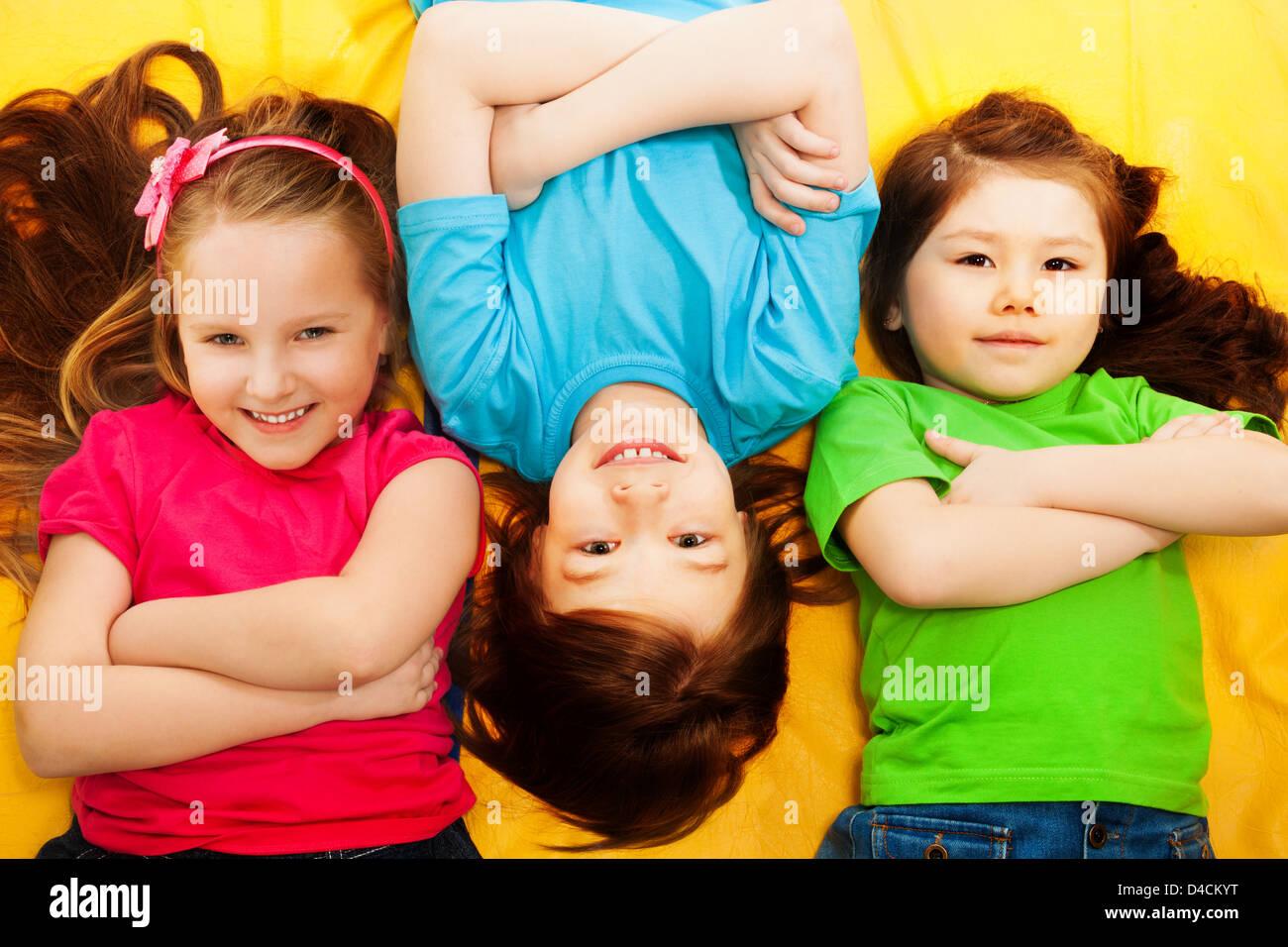Drei Kleine Kinder Jungen Und Mädchen Verlegung Auf Der Gelben