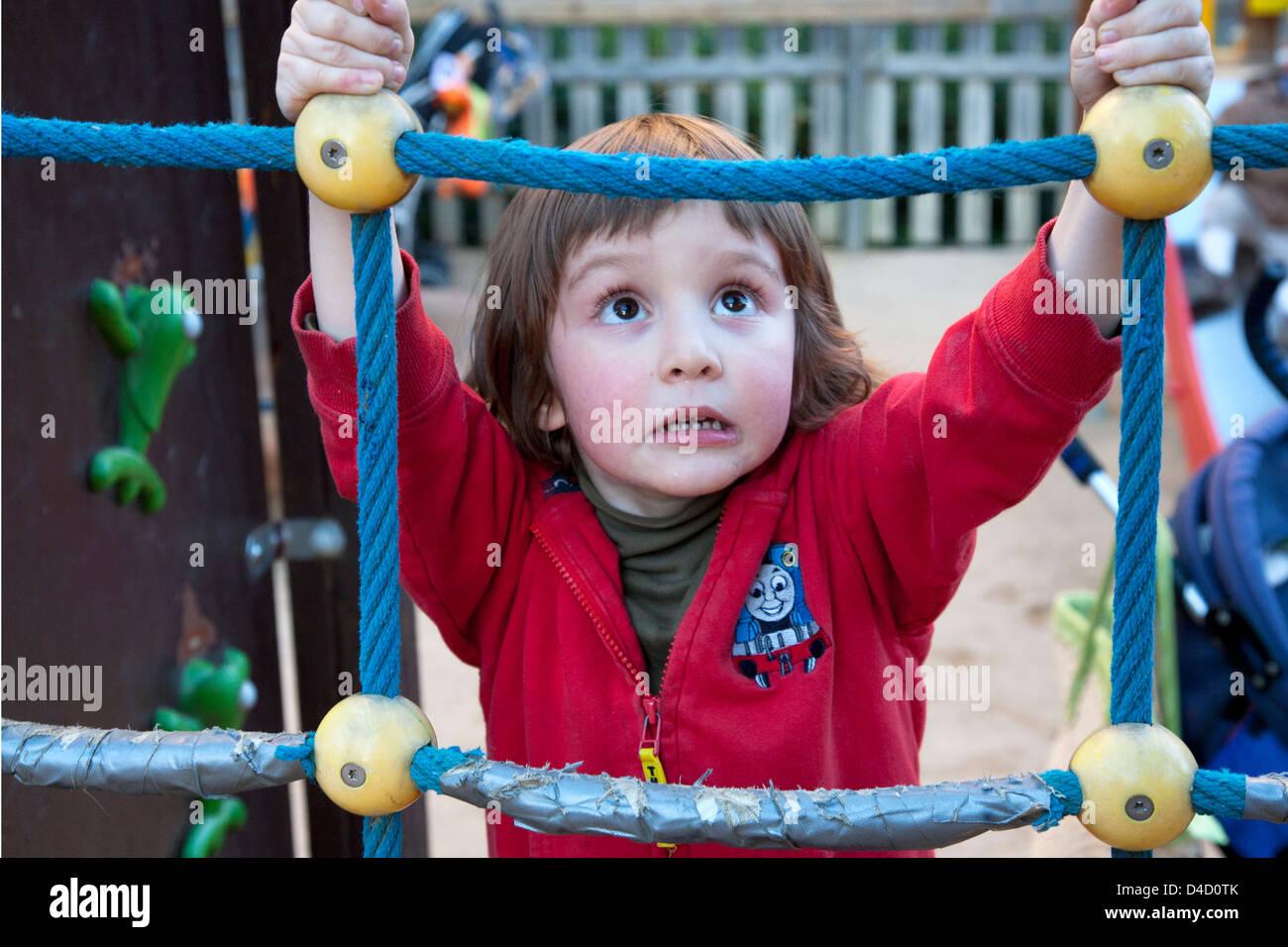 Klettergerüst Mit Seilen : 4 jahre alter junge am seil klettergerüst stockfoto bild: 54375795
