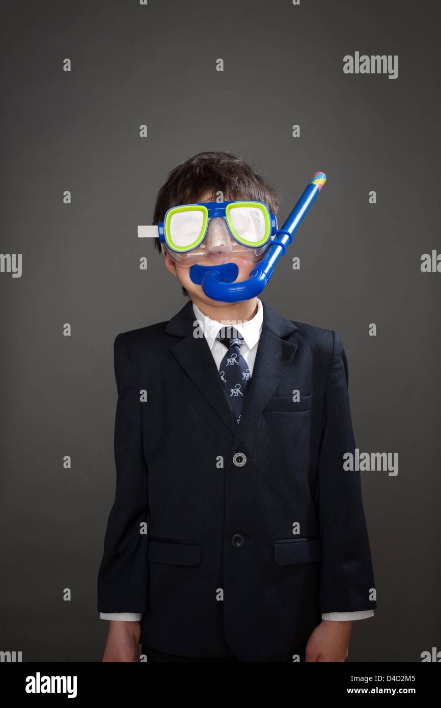 Jungen tragen Anzug Jacke und Schnorchel Maske Stockbild