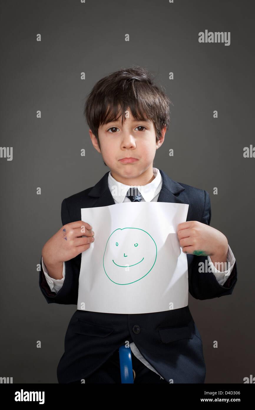 Traurige junge mit Zeichnung von Smiley Stockbild