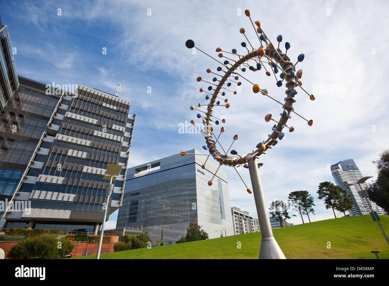 """""""Blasloch"""" windgetriebene Skulptur von Duncan Stemler in Docklands Park. Melbourne, Victoria, Australien Stockbild"""