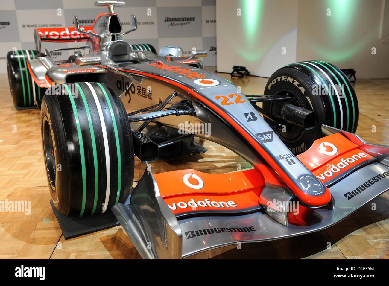 Ein Rennwagen von McLaren Mercedes verfügt über spezielle grün ...