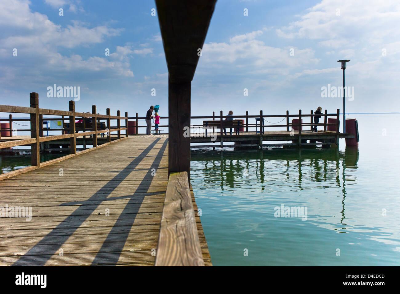 Klink, Deutschland, Touristen auf der Seebruecke Stockbild