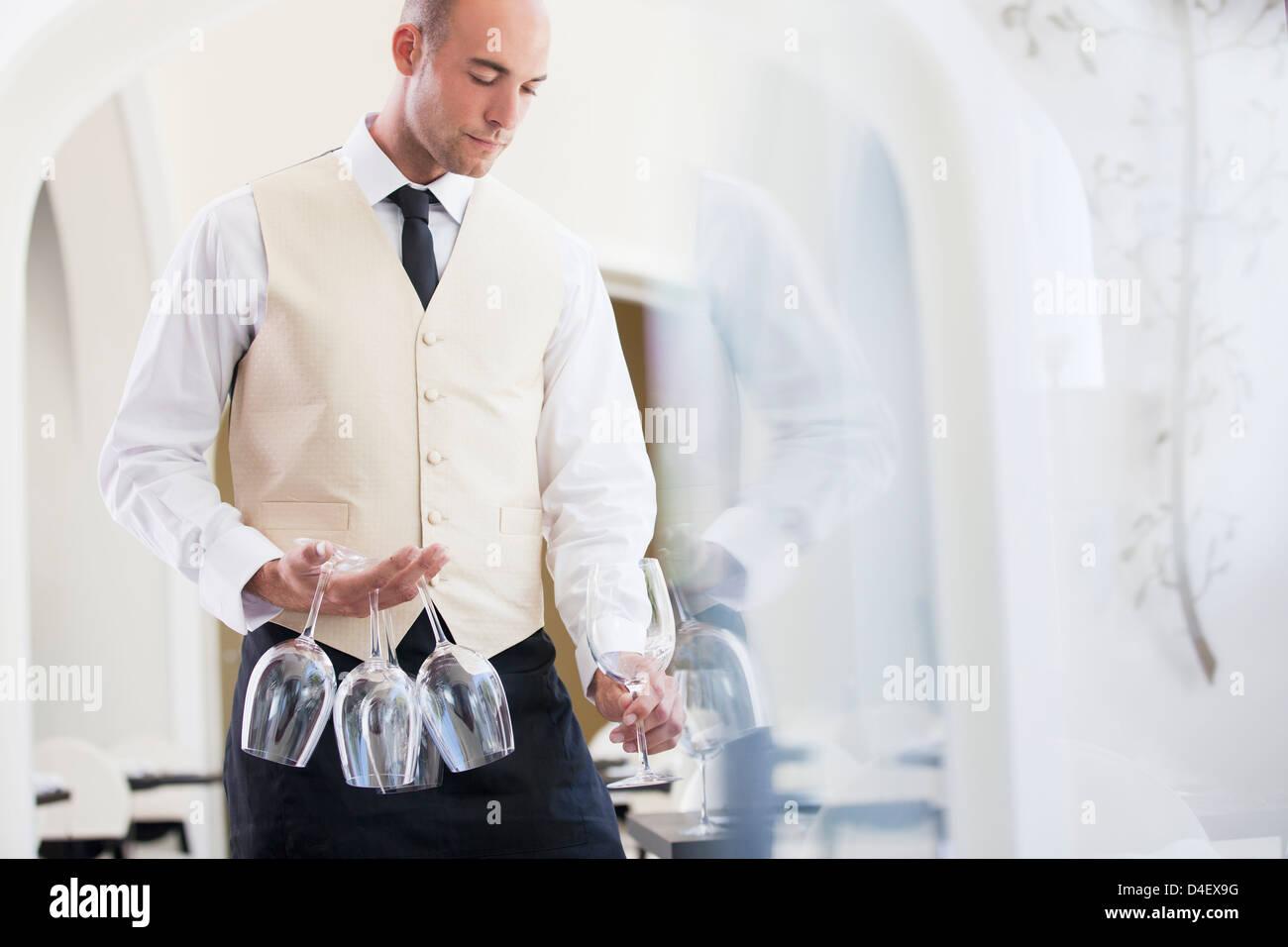 Kellner tragen Wein Gläser im restaurant Stockbild