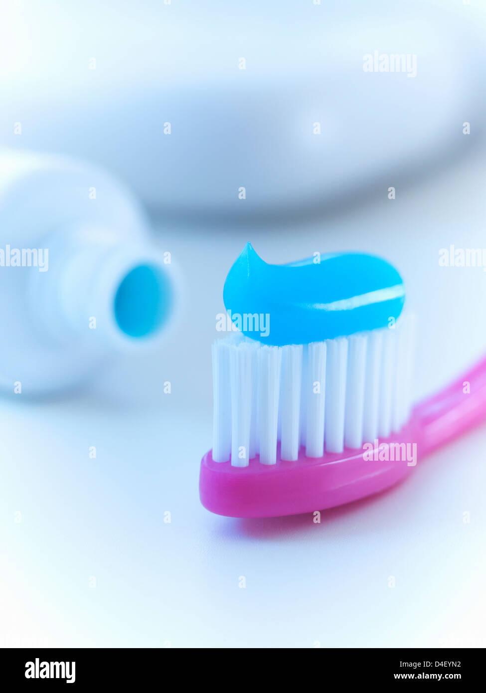 Nahaufnahme von Zahnbürste mit Zahnpasta Stockbild