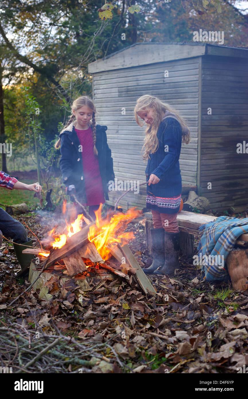 Mädchen bauen Lagerfeuer im freien Stockbild
