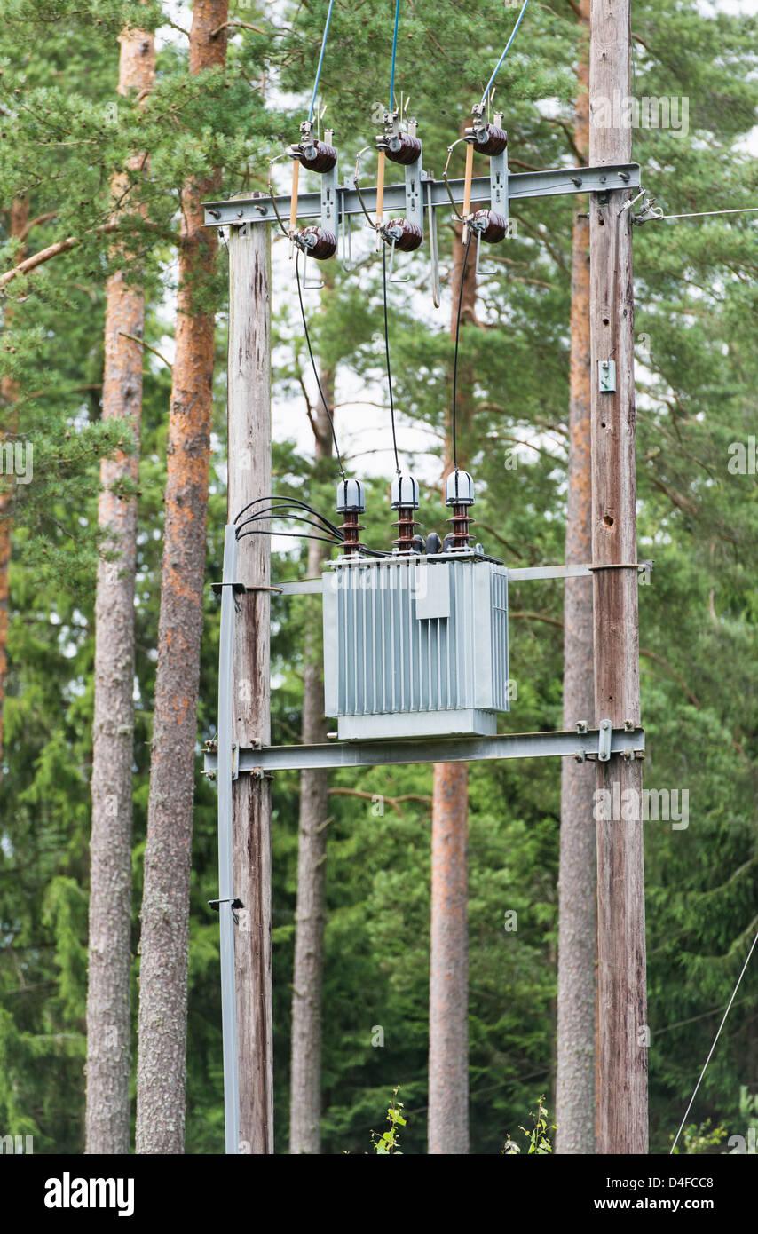 Umspannwerk für die Stromverteilung im Wald, Schweden. Stockfoto