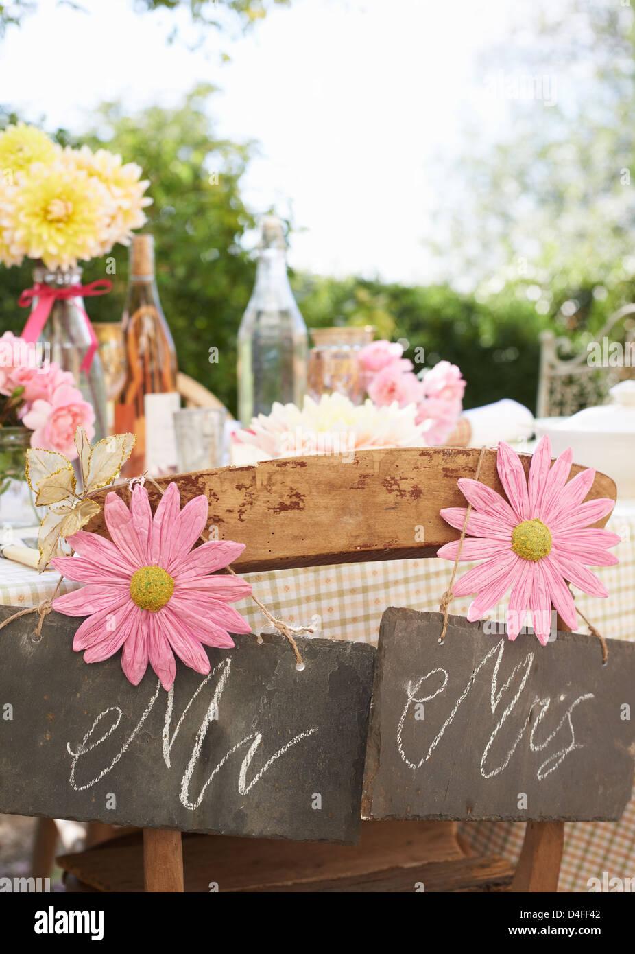 Tisch decken für Hochzeitsfeier im freien Stockbild