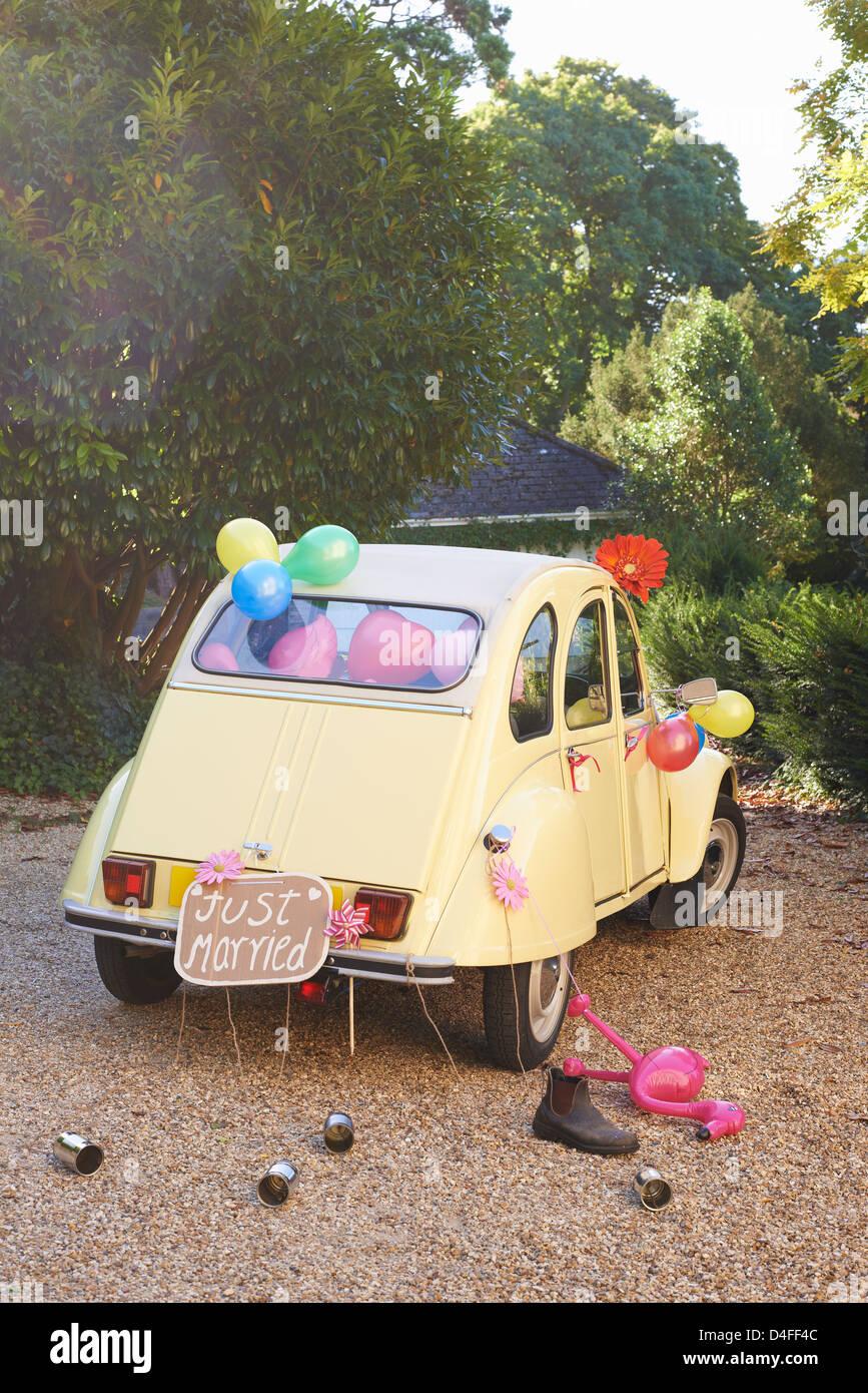 Die Frischvermählten Auto dekoriert mit LuftballonsStockfoto