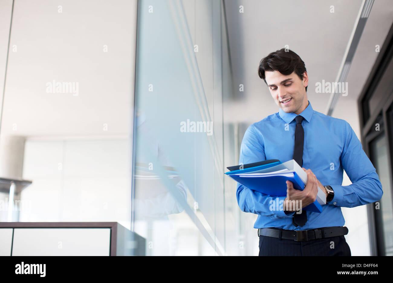 Geschäftsmann mit digital-Tablette im Büro Flur Stockbild