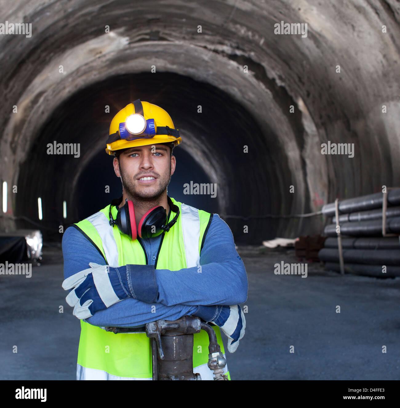 Arbeiter im Tunnel stehen Stockfoto
