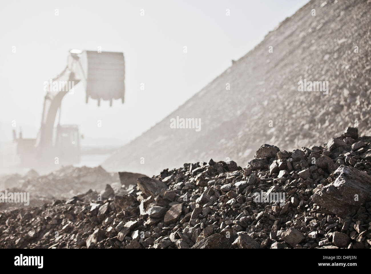 Bagger arbeiten im Steinbruch Stockbild