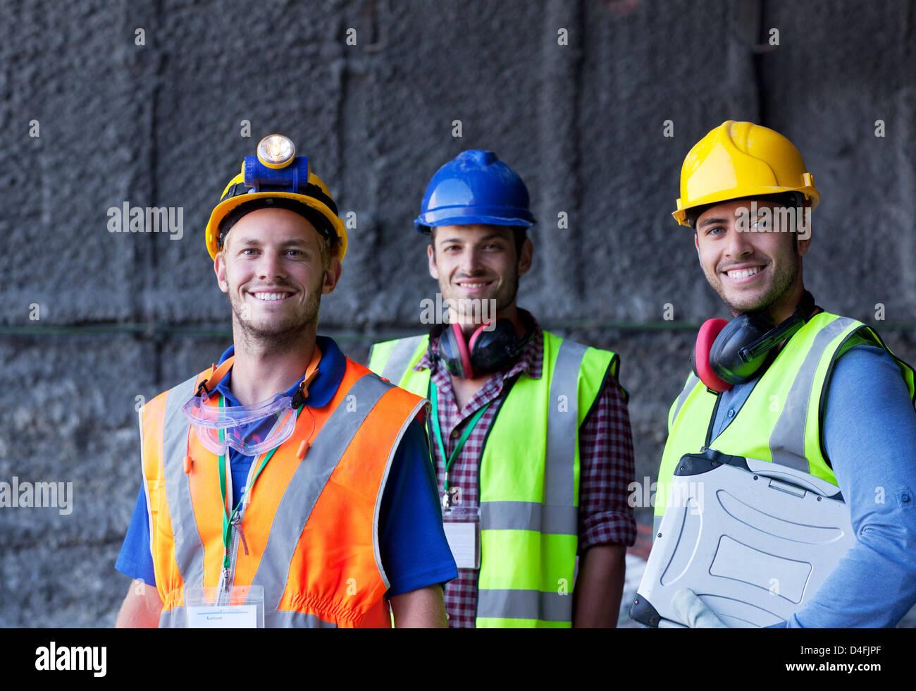 Arbeitnehmer, die lächelnd auf Website Stockfoto