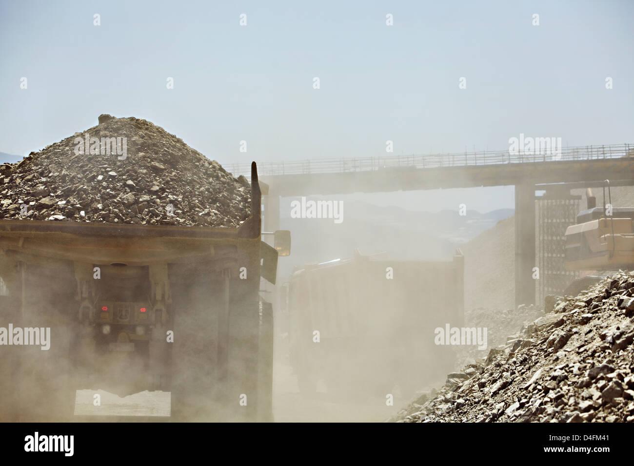 LKW-Kart Schutt im Steinbruch Stockbild