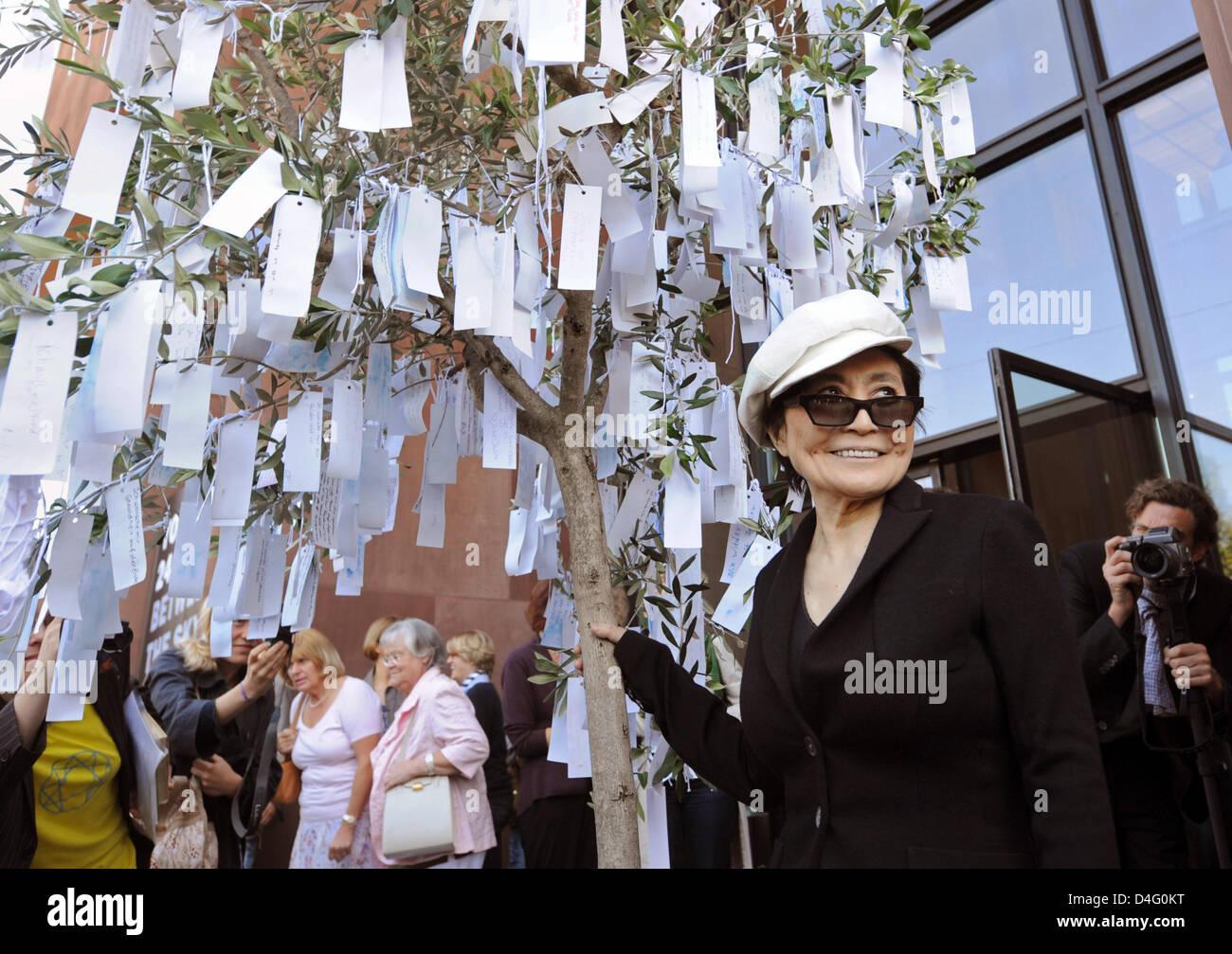 Künstler Bielefeld japanisch us künstler yoko ono lächeln neben ihrer installation