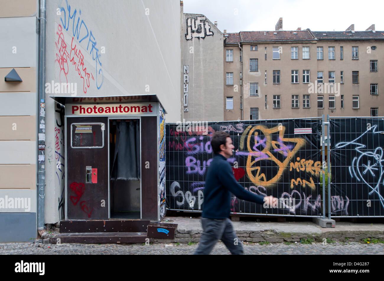 berlin deutschland photo booth auf ein unbebautes grundst ck entsteht in warschauer stra e. Black Bedroom Furniture Sets. Home Design Ideas