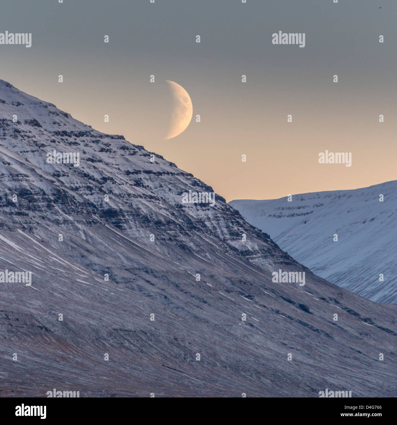 Winterzeit bei Mondschein, Akureyri, Island Stockbild
