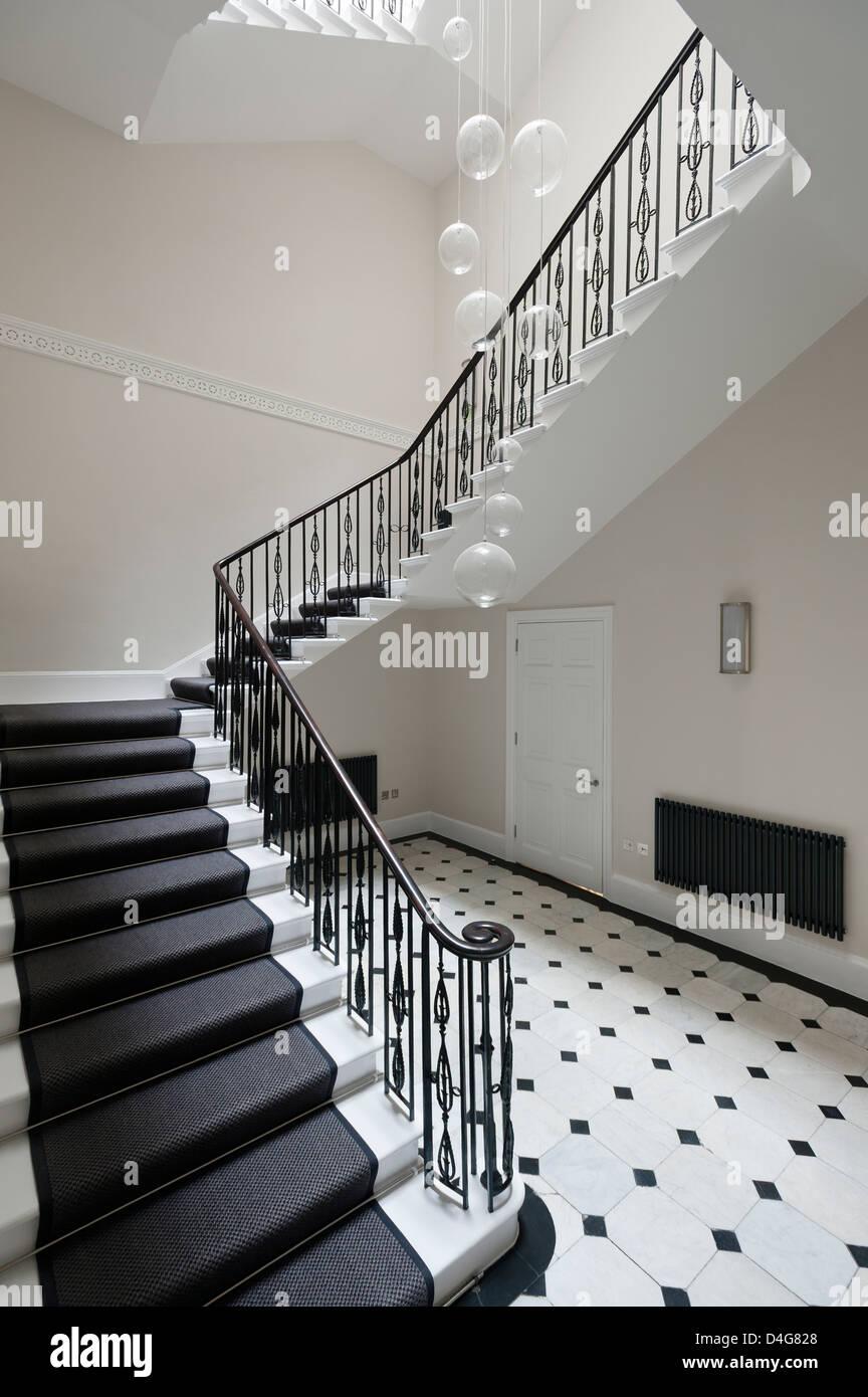eingangshalle mit treppe und schwarz wei gefliesten boden stockfoto bild 54447296 alamy. Black Bedroom Furniture Sets. Home Design Ideas