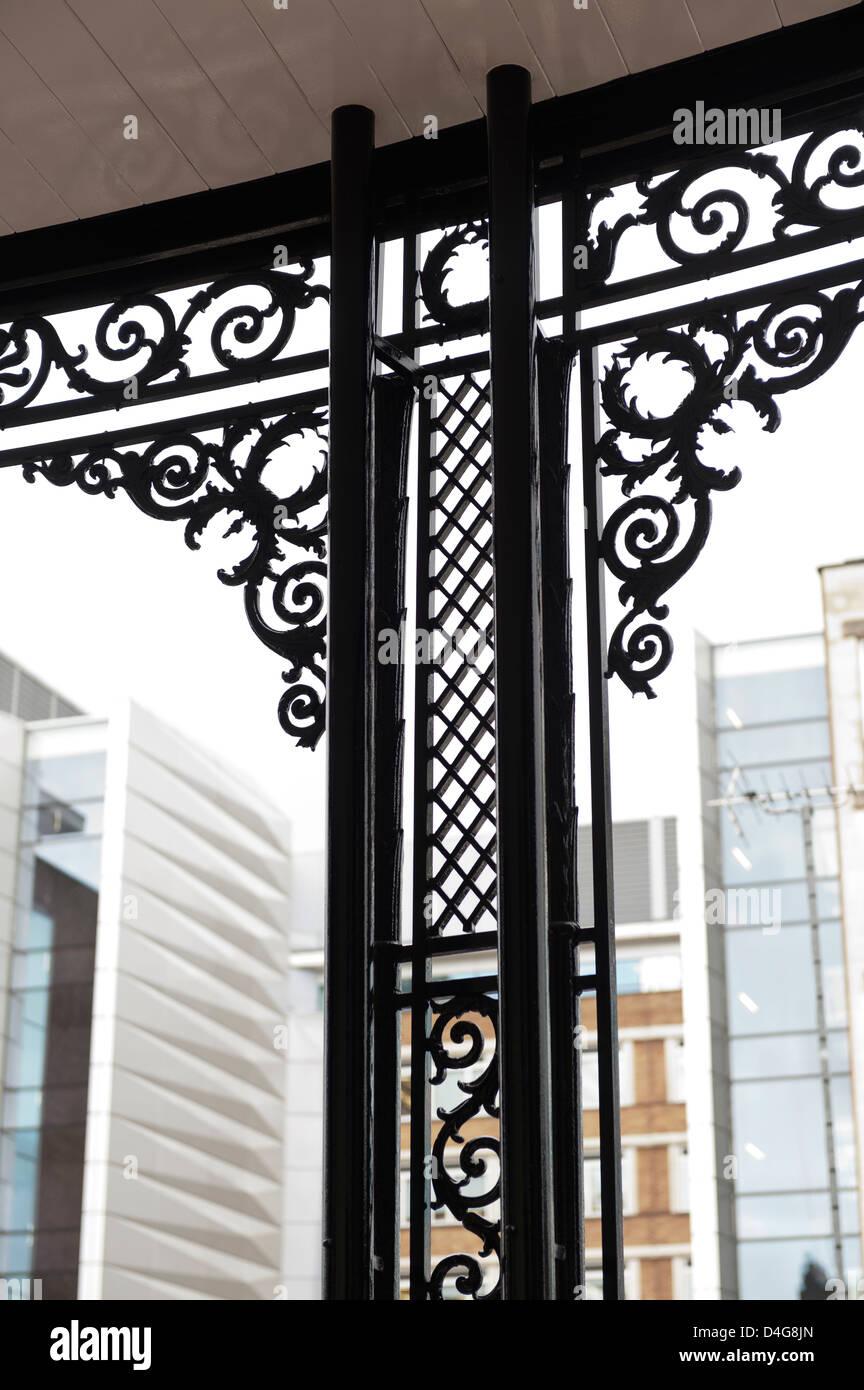 Fensterrahmen mit Gusseisen Dekoration Stockbild