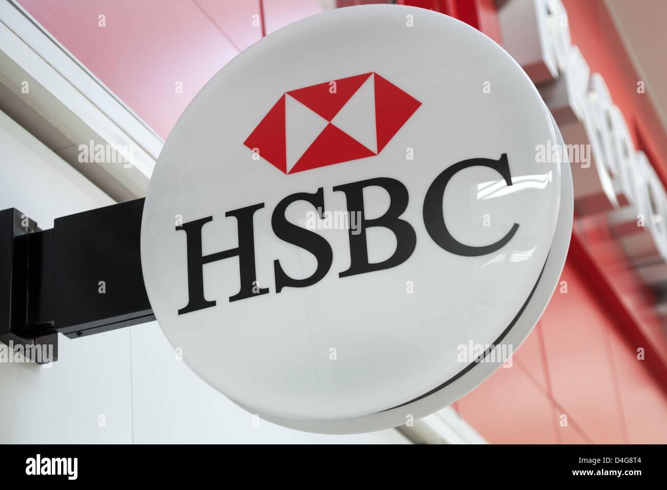 Eine Gesamtansicht des Logos außerhalb einer HSBC (Hong Kong Shanghai Banking Corporation) Niederlassung in Stockbild