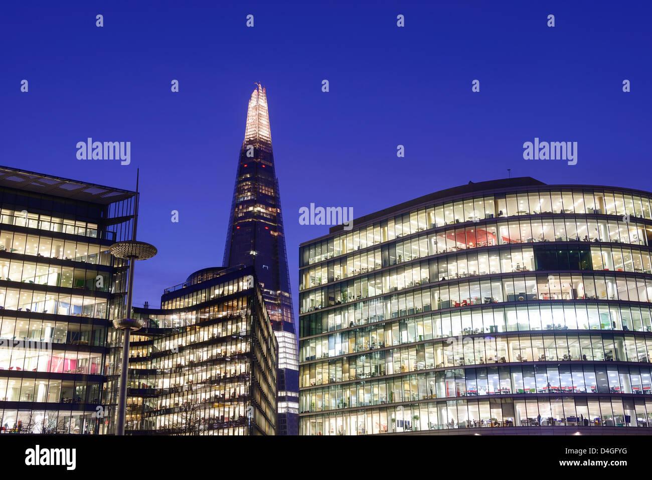 Die Scherbe und Büros bei Nacht-London-UK Stockbild