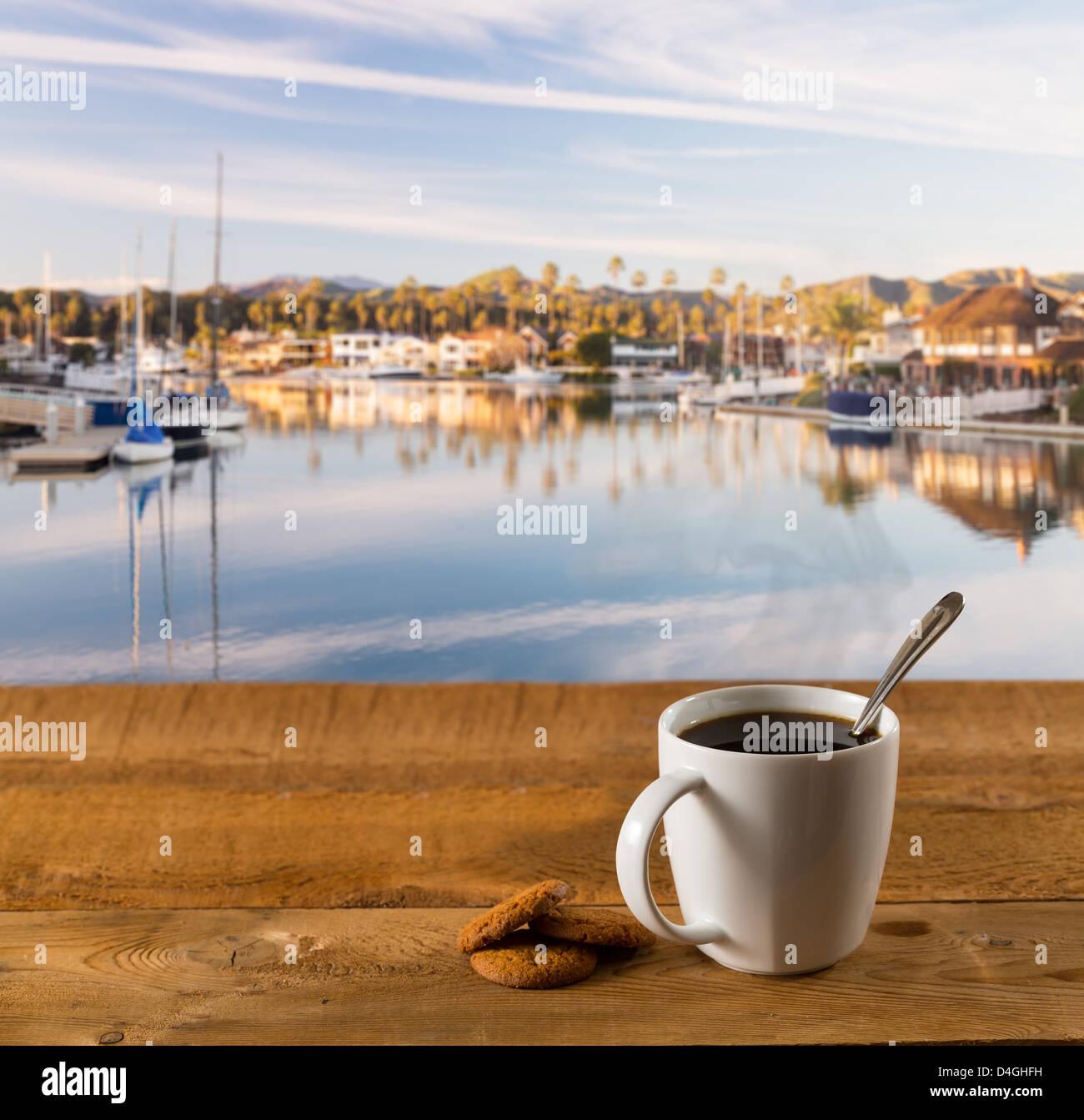 Kaffee und Gebäck auf einem hölzernen Tisch draußen Stockbild