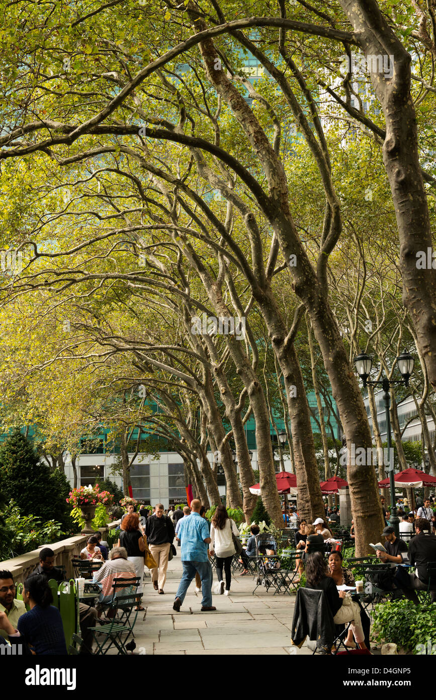 Menschen gehen, sprechen, Essen im Bryant Park. Stockbild