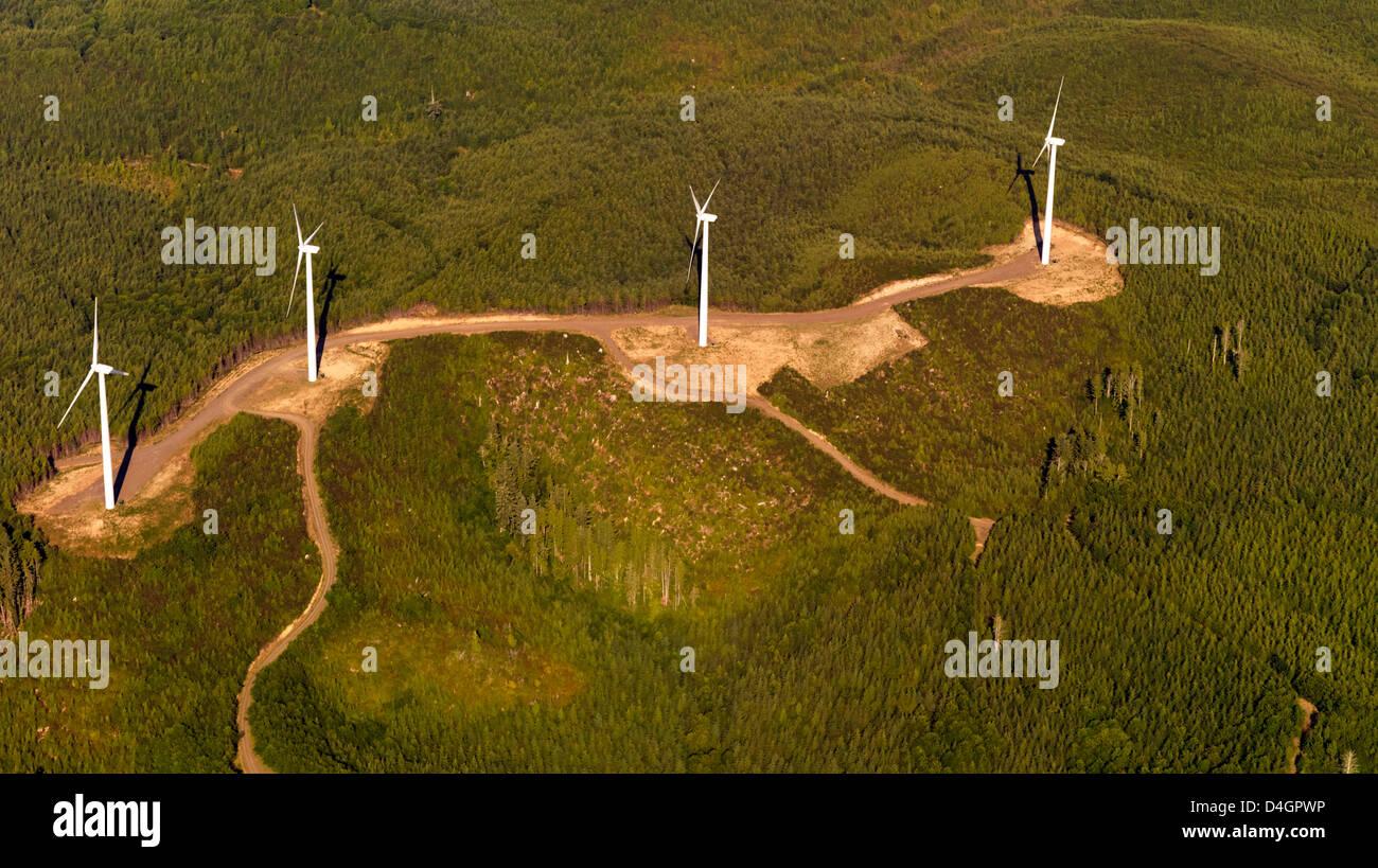 """Luftaufnahme des Windparks oben am Hang. Produktion von elektrischer Energie Reneuable. """"Grüne Energie"""". Stockbild"""