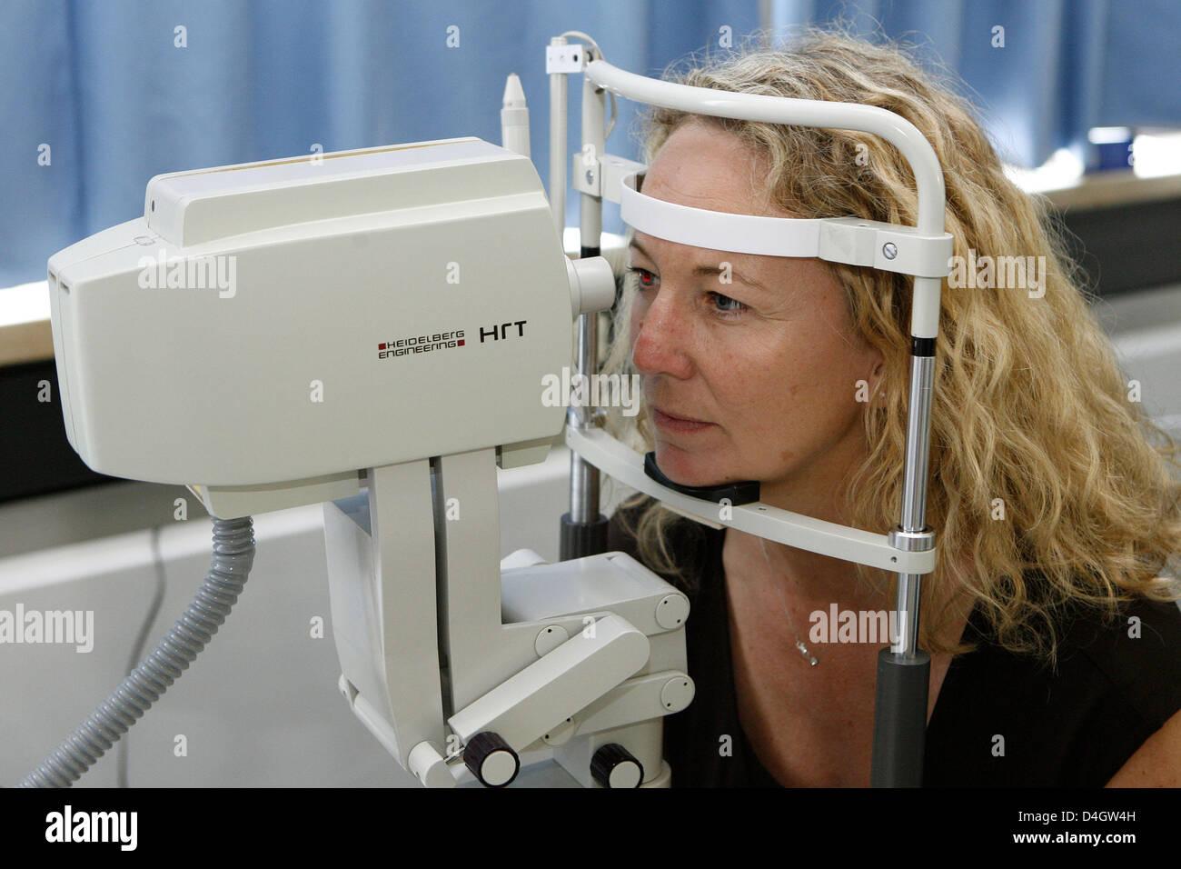 Eine Frau ist während einer Computeranalyse der optische Nerv im ...
