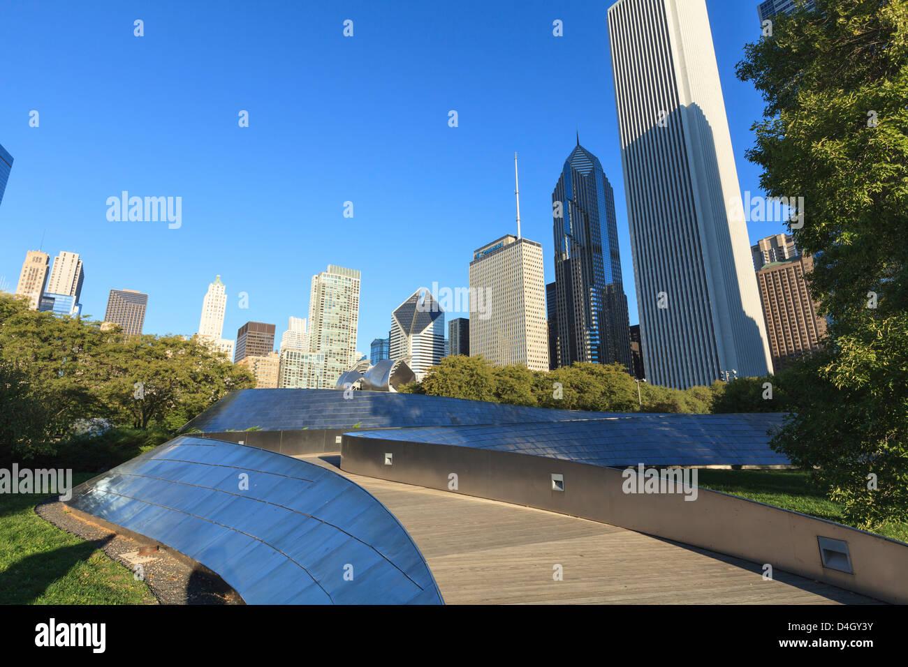 Stadtbild von der BP Fußgängerbrücke, entworfen von Frank Gehry, Chicago, Illinois, USA Stockbild