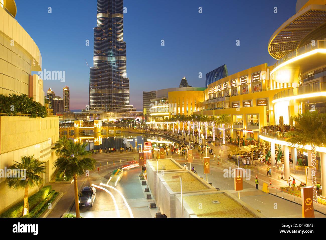 Burj Khalifa und Dubai Mall bei Dämmerung, Dubai, Vereinigte Arabische Emirate, Naher Osten Stockbild
