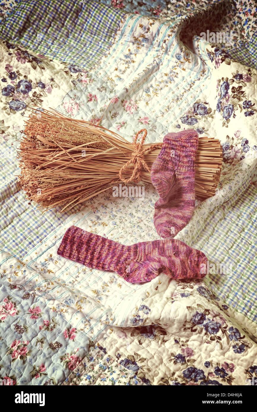 Handgestrickte Socken mit einer Garbe auf einem Vintage plaid Stockbild