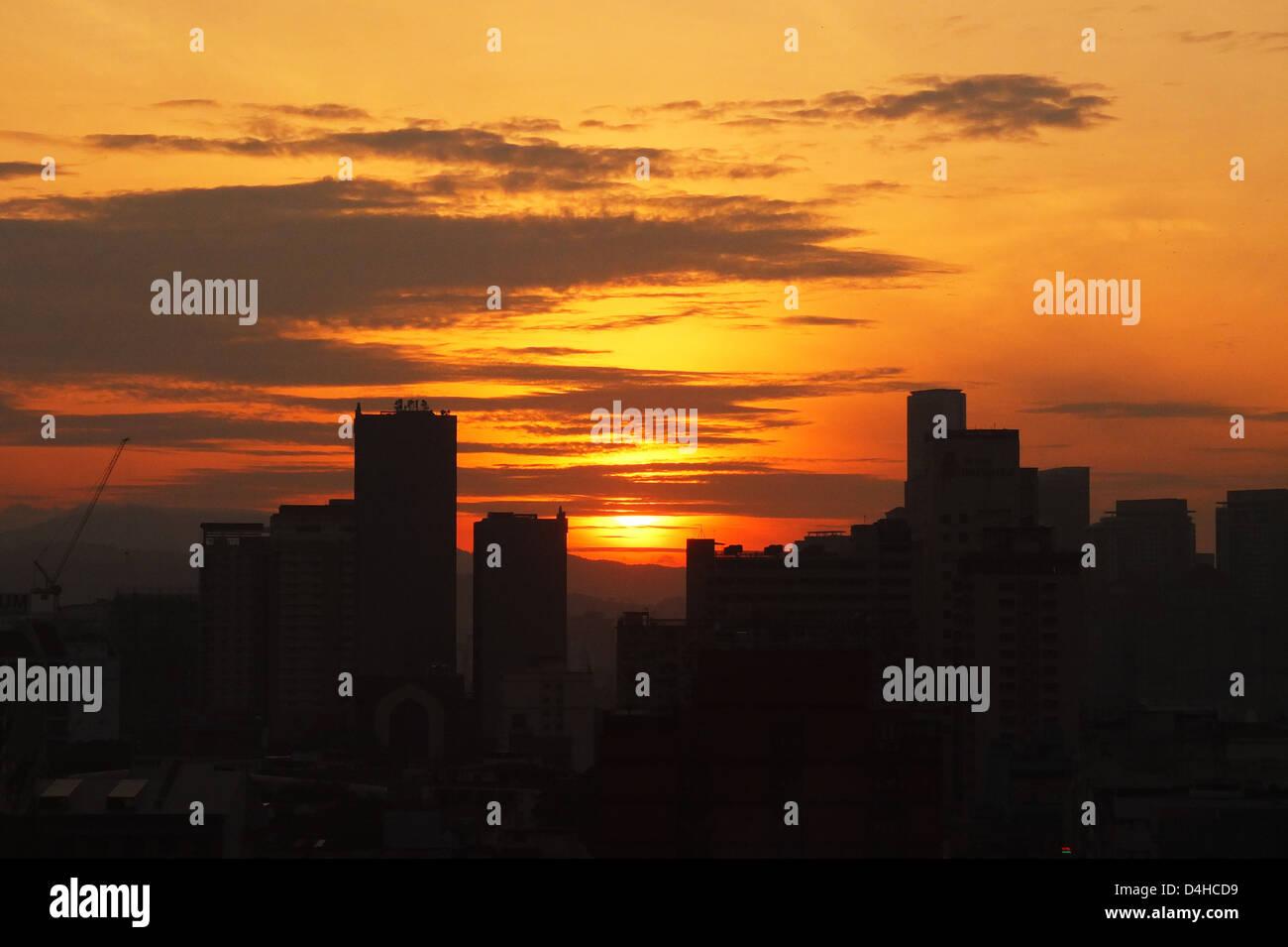 Eine Morgensonne steht vor der Tür hinter Gebäude, große Himmel Farbe, Stadt erwartet zu Wake up Stockbild