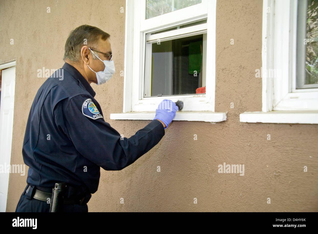 eine Pakistani-amerikanische Polizei Kriminalität Ermittler gilt Fingerabdruck Staub auf der Fensterbank eines Stockbild