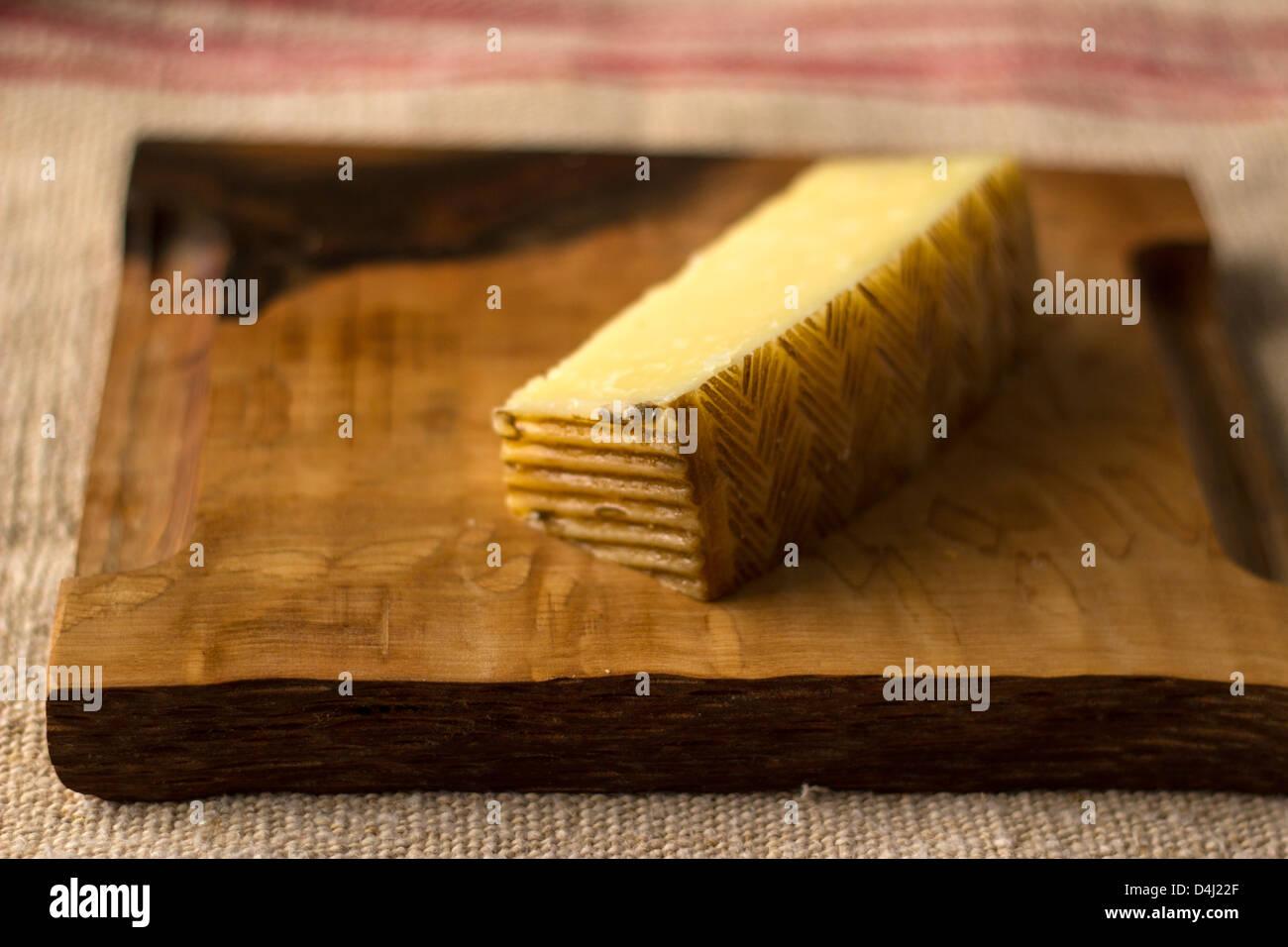Prüfungsausschuß der Käse auf einem Holzbrett Stockbild
