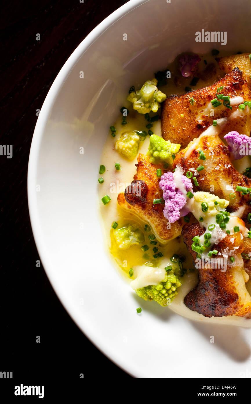 Gnocchi mit Blumenkohl und Schnittlauch zubereitet von Rob Ruban, Executive Chef des Crossbar in New York, New York Stockbild
