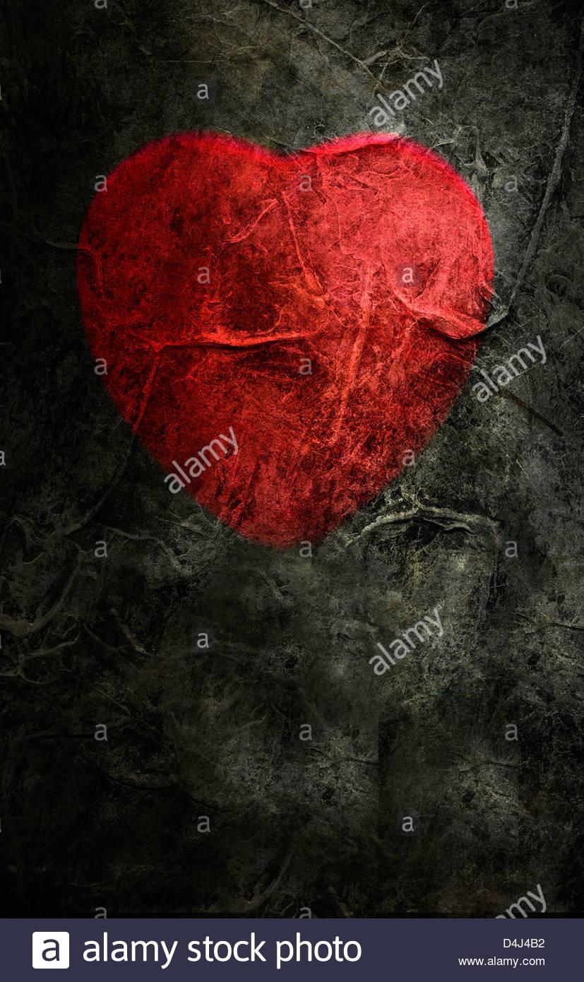 Rotes Herzform auf trashigen dunklen Hintergrund Stockbild