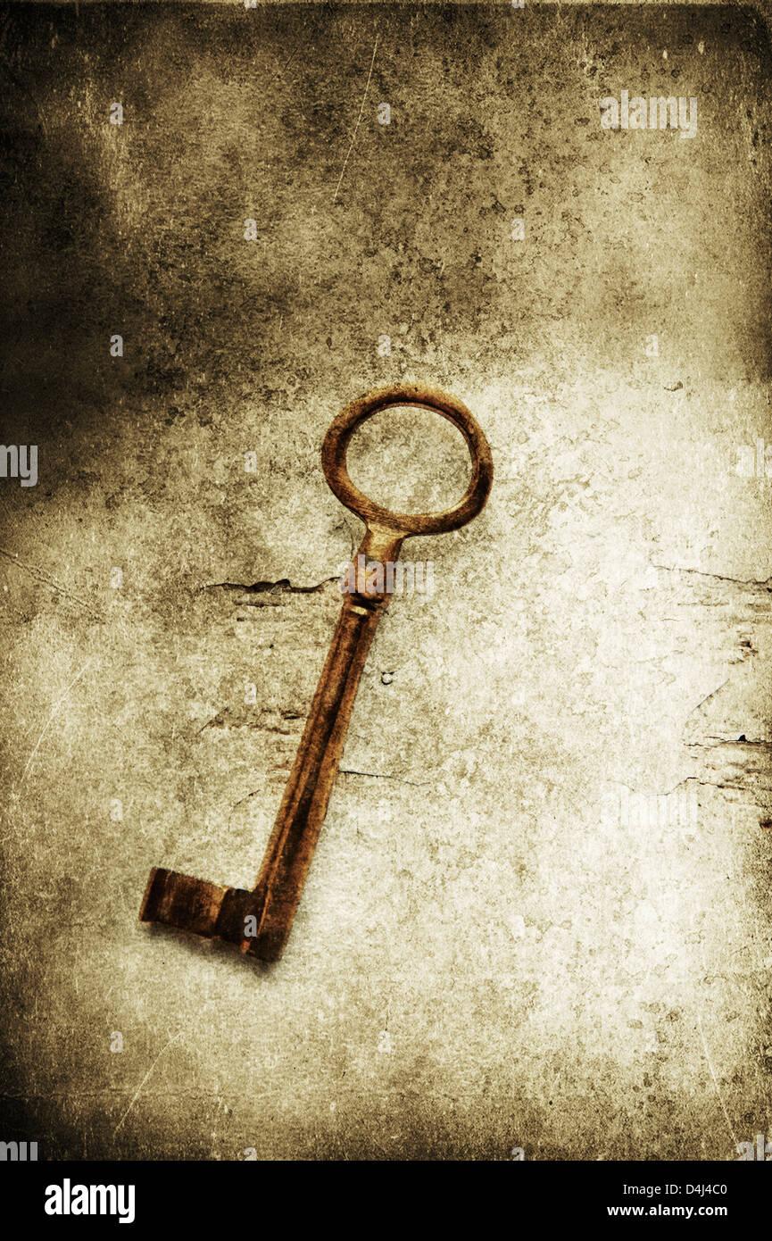 Alte Messing Schlüssel auf strukturierten Hintergrund Stockbild