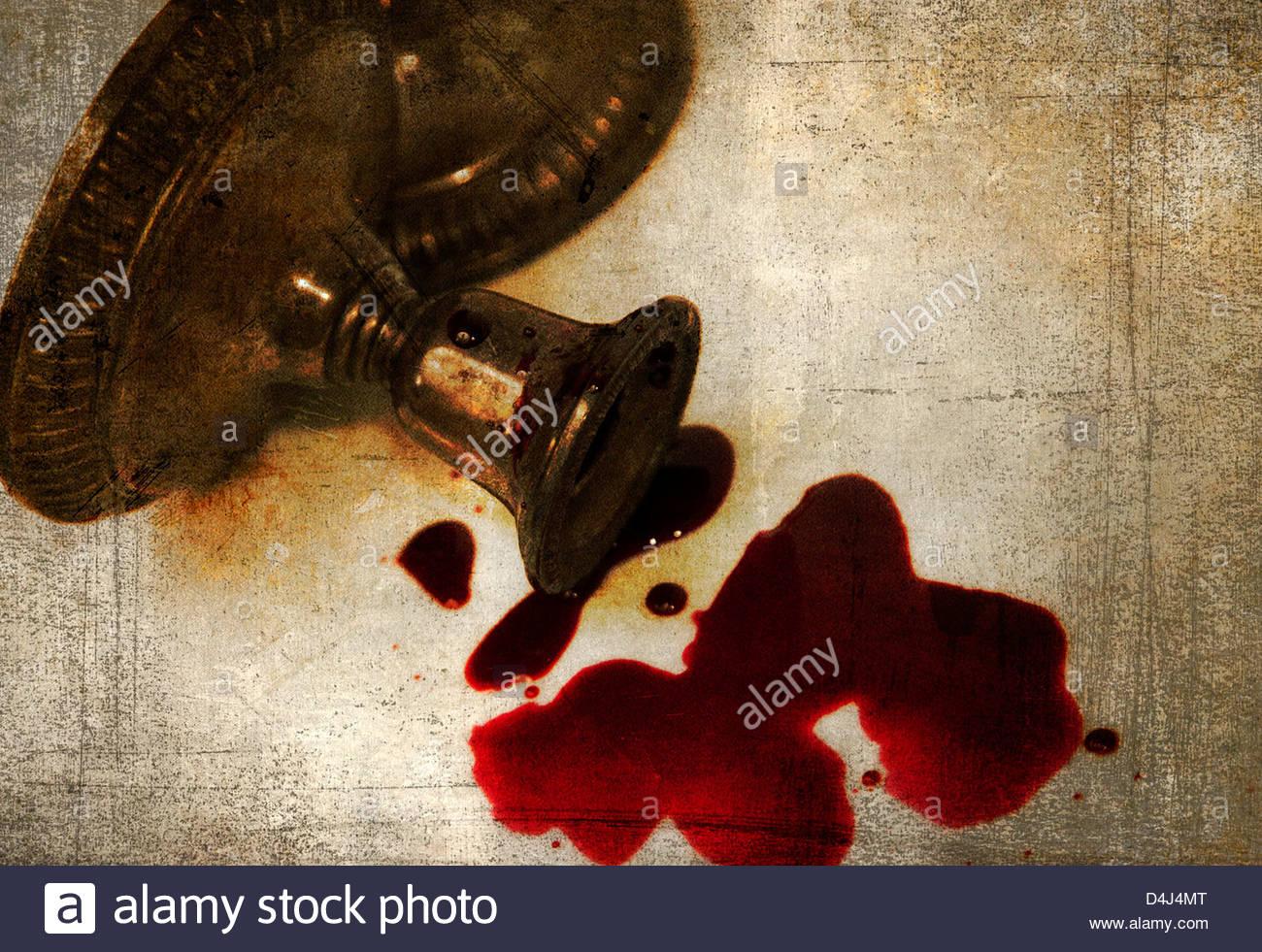 Silber Leuchter auf seiner Seite, die mit Blut bedeckt Stockbild