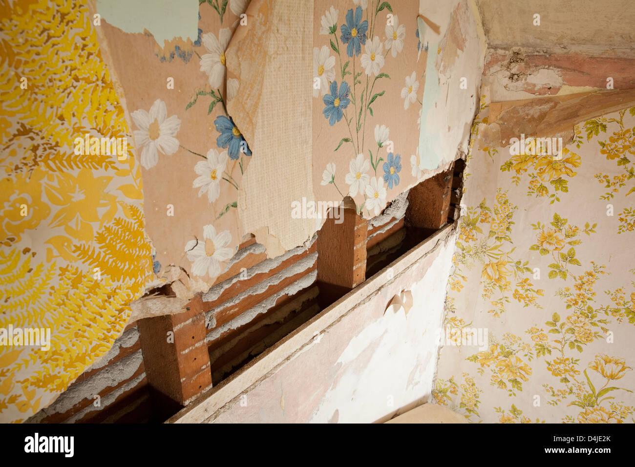 Schichten Von Tapeten In Einem Verlassenen Haus In Ontario, Kanada.  Stockbild